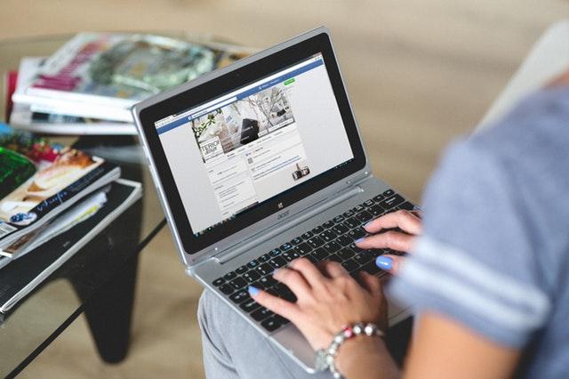 Žena, ktorá si na notebooku prezerá Facebook.jpg