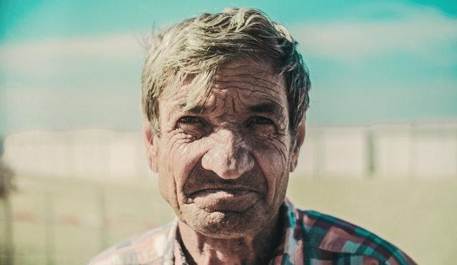 Starý muž s vráskami na tvári.jpg