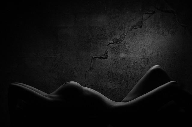 Ležiaca Nahá žena pri sivej stene